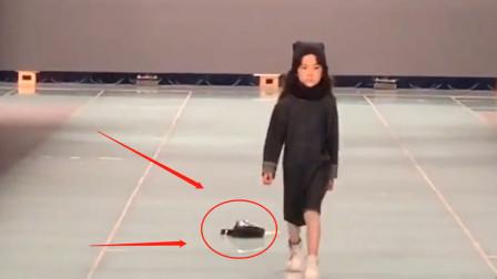 5岁萌娃走秀包包掉落在地,下一秒宝宝的临场反应,网友直呼:太淡定
