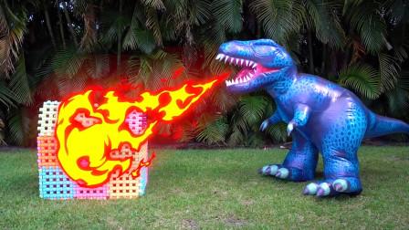 糟糕!恐龙为什么会喷火呢,萌娃小萝莉和爸爸还藏在这栋小房子里面了,最后怎么样了呢?