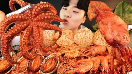韩国小哥吃海鲜大餐:章鱼、鲍鱼、鱿鱼等等,网友:家里是卖海鲜的吗?