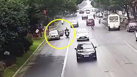 """监拍:电动车遭遇""""开门杀"""" 驾驶员连人带车摔倒"""
