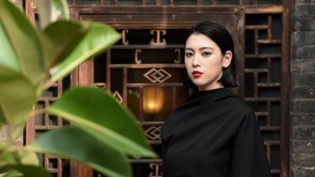 这就是娱乐圈 2019 三吉彩花平遥古城拍写真黑色长袍冷艳红唇摩登十足