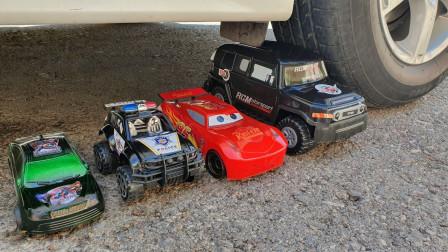 趣味实验:牛人把小汽车等玩具放在车轮下,勿模仿