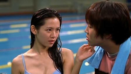 孙艺珍穿着蓝色的比基尼,主动的示爱男朋友