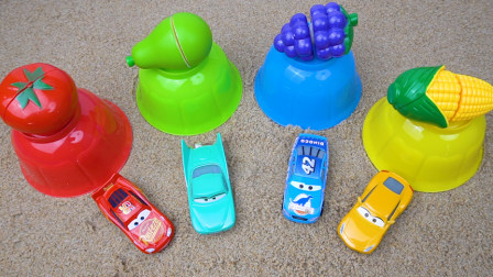儿童益智游戏 沙滩模具变成颜色一样的水果和汽车玩具