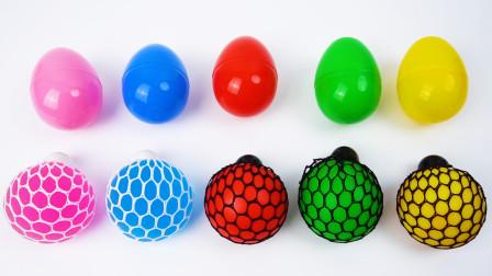 有趣的颜色 彩色水晶球和奇趣蛋玩具
