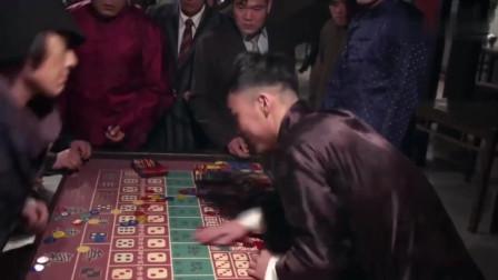 影视:小伙拿根金条去赌场,赢两把就想走却被拦住,谁知他是高手