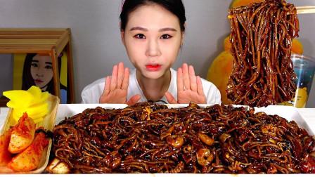 """韩国吃播:""""虾仁黑豆炸酱面+萝卜泡菜"""",看着真诱人,吃得真香"""