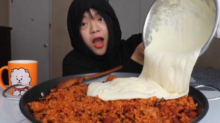 这姐姐真是不怕胖,1公斤芝士等于10公斤奶酪,她却倒在饭里吃?