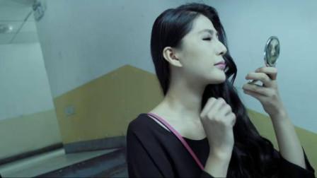 美女不相信有鬼,在楼梯照镜子,不料女鬼竟出现了