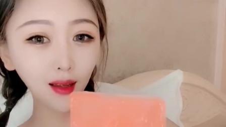 美女:吃冰小姐姐直播吃冻冰块,橘粉色仙气十足,好看又好吃
