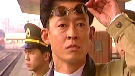 刑警本色:男子买烟,结果被警察抓了,王志文这墨镜有点帅!