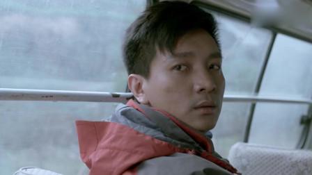 鸡毛飞上天:王旭从车窗里看到小玉追着车子,眼睛都湿润了