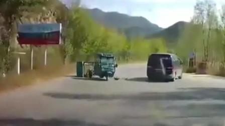 车祸:箱型车和3轮车发生车祸,这一下撞得不轻,3轮车都解体了