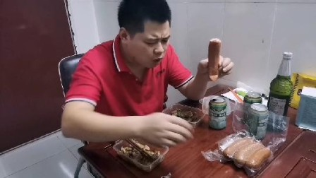 广东中山:小张老表试吃肉香皮脆的哈尔滨红肠,一条就吃撑了。