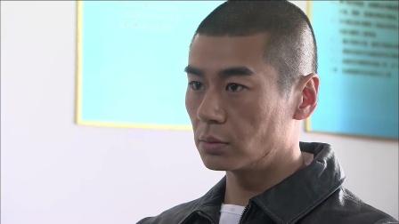 火凤凰:男子被特警用抢指头,男子亮出真实身份,特警脸色变了