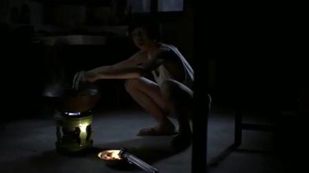 父母爱情:哥哥被父亲打的一天没吃饭,弟弟深夜给哥哥做荷包蛋!
