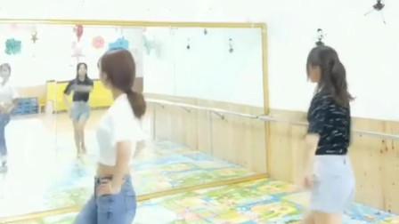 幼儿园的幼师,平时文文静静的,一跳起来舞,厉害了我的姐!
