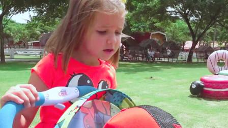 可爱萌娃:天气晴朗,小萝莉推着小正太去糕点主题公园去玩,太开心了