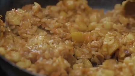 《韩国农村美食》酸辣可口的腌萝卜块,配上芝士做炒饭,很可口
