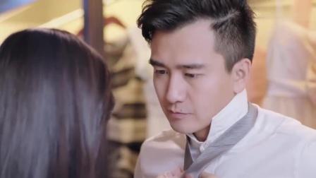 暖爱:妻子帮丈夫打领带,丈夫盯着眼前的妻子,妻子害羞了,太甜