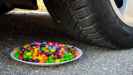 趣味实验:牛人用汽车压巧克力豆和玩具,勿模仿