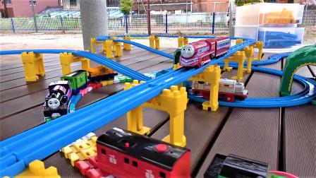 在公园开箱托马斯小火车 山区立交桥 彩虹轨道交通系统