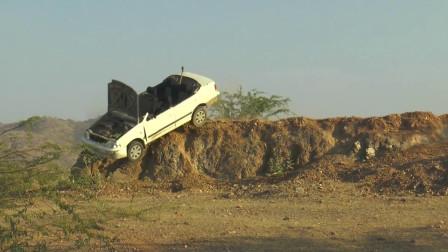 印度小伙测试汽车的撞击质量,直接将汽车开下悬崖 ,结果太意外了!