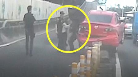 女司机厉害了,能把车开到柱子上,还是交警把她抱下来的