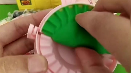 猪妈妈给乔治包绿颜色的饺子,好神奇啊,小朋友们你们吃过绿饺子吗
