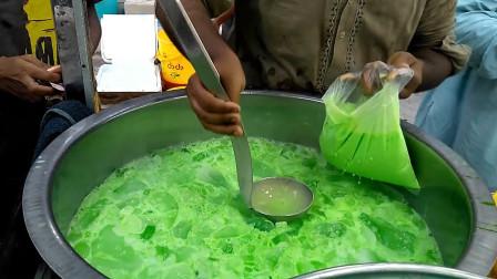 印度街头的爆款饮料:冰块奶昔!汽水牛奶混上大桶的冰!太爽了!