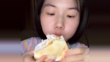 小姐姐吃芒果千层蛋糕,吸溜吸溜吃的真香,看着就过瘾!