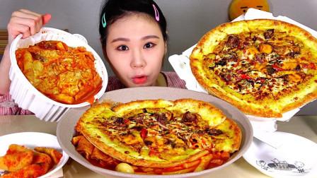 """韩国吃播:""""猎奇炒年糕+披萨饼"""",搭配萝卜泡菜,卡妹吃得真香"""