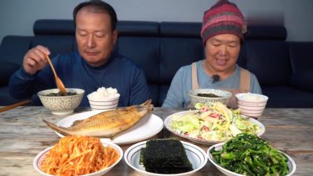 吃播:韩国农村一家人,儿子不在家,老两口做了道煎鱼配小菜,很家常