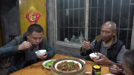 """农村四哥:吃了老爸做的""""坨子猪脸肉"""", 王四准备开馆子, 老爸掌勺, 媳妇端菜"""