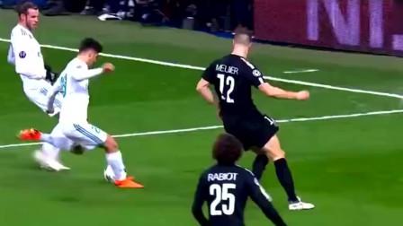 队友射门被门将扑出后,C罗补了一脚将球射进球门