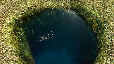 小伙漂流到无人荒岛,白天跳入坑塘洗澡,晚上才发现不对劲!