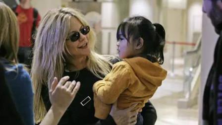 2岁女孩遭抛弃,被美国夫妇领养了九年。女孩:我现在很幸福!