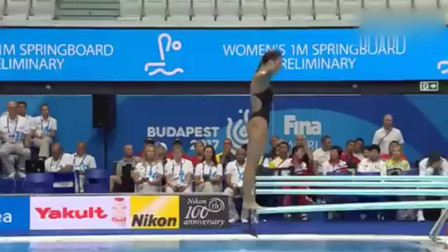 女子一米板跳水,落水如挣扎一样,堪称国外的跳水女神