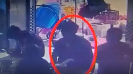 云南:无影手趁乱偷手机 ,监控拍下全过程
