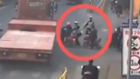 浙江:大货车擦身驶过 ,辅警拉回电动车