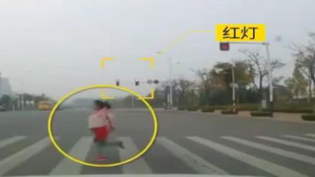 山东:轿车闯红灯 ,撞飞9岁女孩