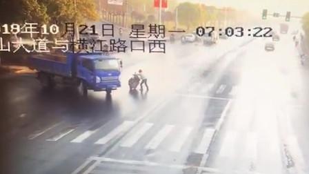 """初柒文化传媒 农用车""""神龙摆尾"""" 司机施展""""神技""""连打6次方向盘"""
