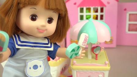 咪露娃娃的冰淇淋车玩具可真棒,她摆放了好多好吃的冰淇淋呢