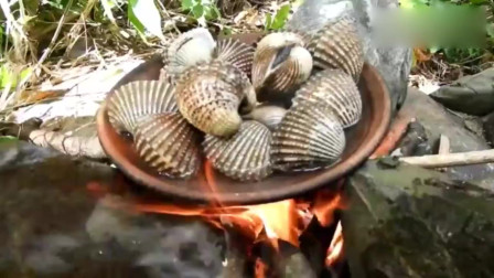 吃货大姐河边煮贝壳,蘸点胡椒面,吸的倍儿香
