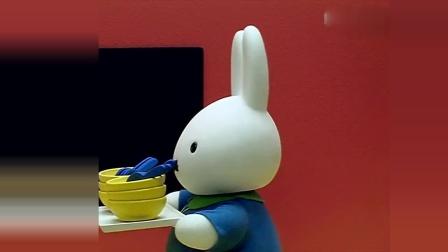 米菲:老师拿来了碗和汤匙,所有的小兔都一起吃饭,好壮观