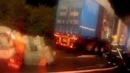 【重庆】快递车高速起火 消防员紧急救援