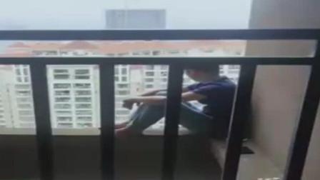 南宁:男子26楼跳下, 掉气垫上直喊疼