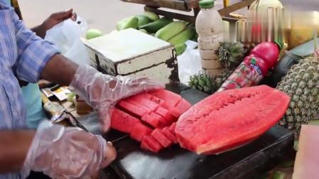印度街头水果小贩,刀工实在牛,服务还到位,水果切得很漂亮