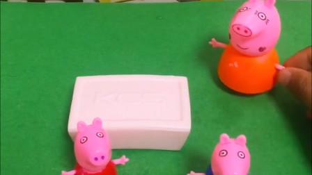 小猪乔治和佩奇把猪妈妈的香皂当成巧克力吃了,猪妈妈知道了赶快叫来了救护车,小朋友一定不要乱吃东西哦