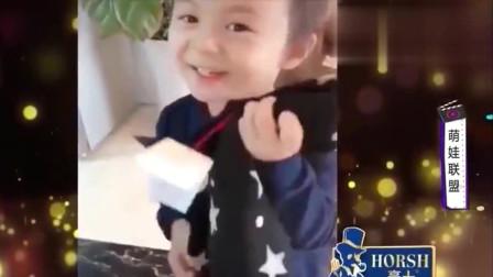 家庭幽默录像:当女儿收到爸爸的礼物,这时就能体现出什么叫爸爸的贴心小棉袄